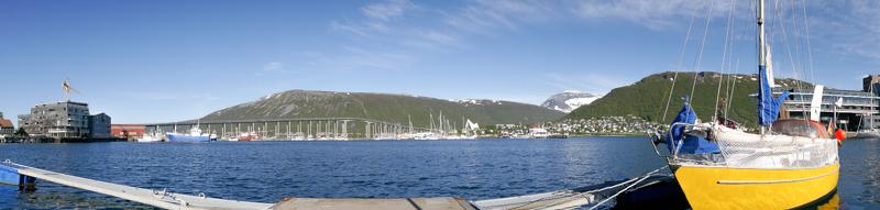 Cruzando la imagen, el Tromsøbrua, el puente que une la isla de Tromsøya con el continente.