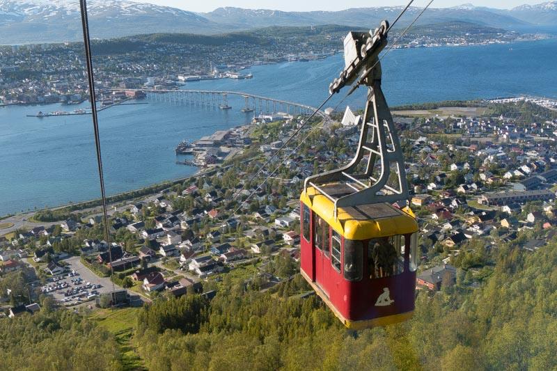 Teleférico con la ciudad de Tromsø al fondo.