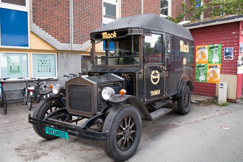 Antiguo coche de reparto de la marca.