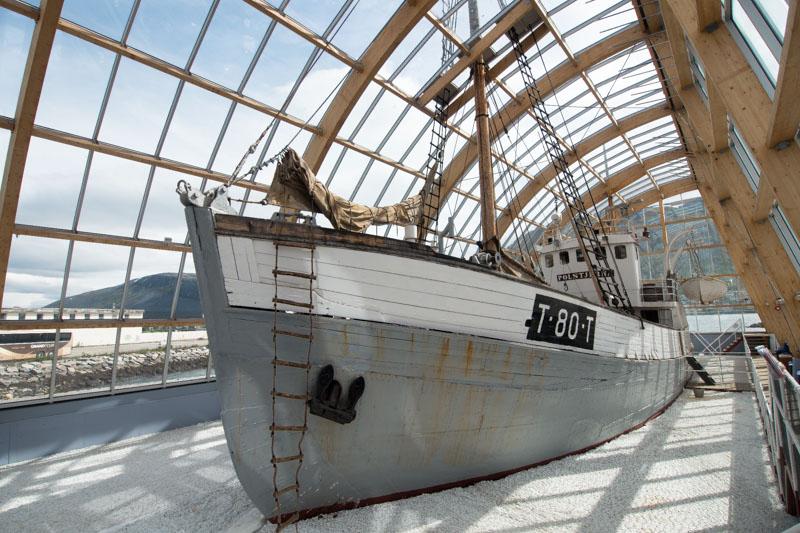 Exterior del barco dentro de la vitrina de cristal.