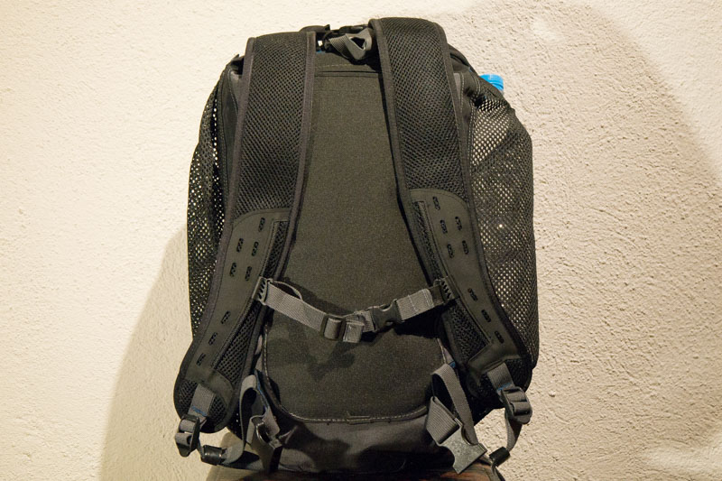 Vista posterior de las correas y fijaciones. En la parte superior se ve el discreto bolsillo que esconde el accesorio para sentarse.