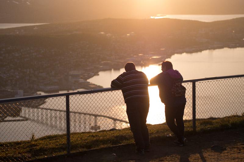 La gente de Tromsø aprovecha los meses de luz y buena temeperatura antes de volver al invierno.