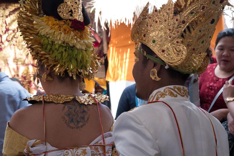 """El tatuaje de Sara es un Lauburu (4 cabezas en vasco). Además tiene una flor de loto, símbolo de Asia, y la frase """"Unidad en la diversidad"""" escrita en javanés-sánscrito."""