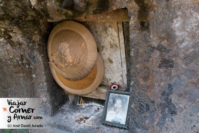 En ocasiones en la tumba se colocan objetos cotidianos que usaba el difunto en vida. En la foto el sombrero de trabajo en el campo de arroz (el gastado) y el sombrero de los días festivos.