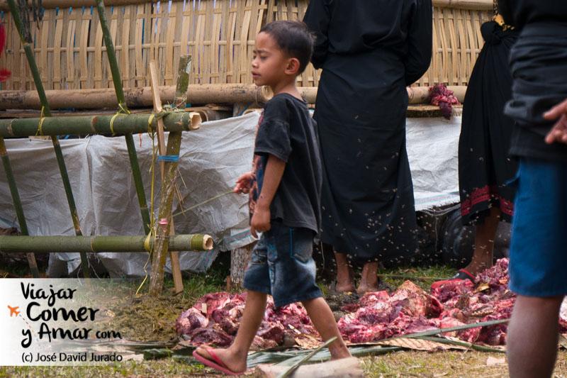 Los niños siempre encuentran una forma de jugar en cualquier situación, aunque sea con un pedazo de carne y un palo