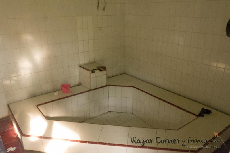 Bañera interior de las casaetas privadas de baño. La mierda apenas se aprecia en la foto, pero está.