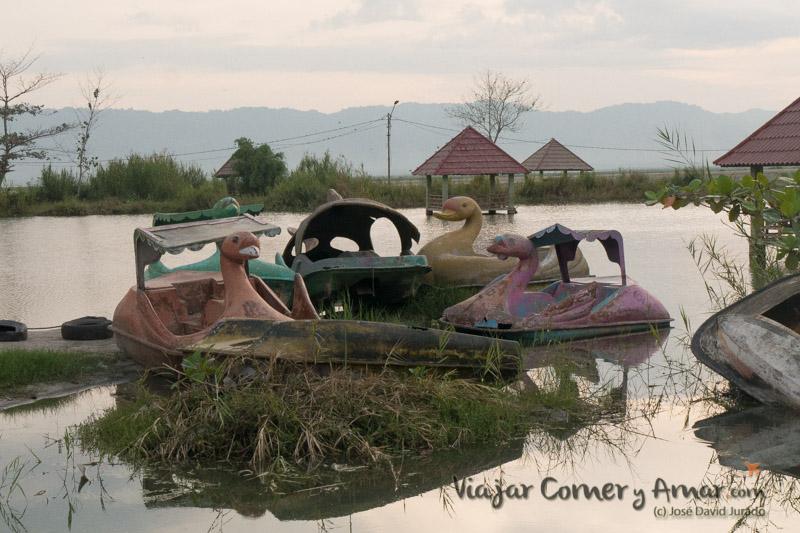 Barcas a pedales abandonadas. La de la izquierda, aunque medio inundada, aun la usan.