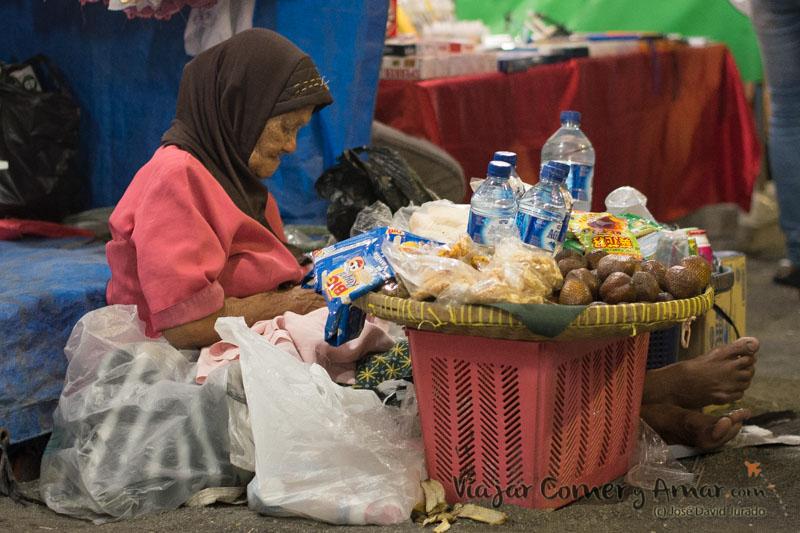 La abuela, que me pide 2000 rupias por el agua sin mirarme y al verme me duplica el precio. Tambien unas risas con ella. Llegamos a un acuerdo.