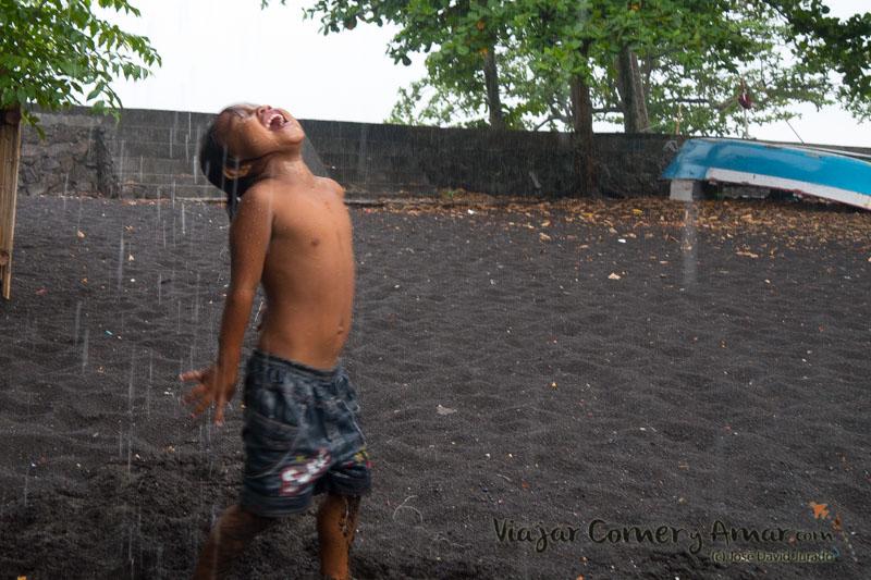 Bajo la lluvia.