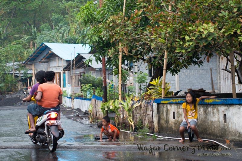Jugando en la calle entre aguacero y aguacero.