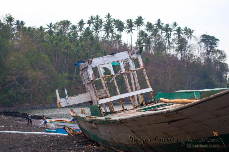 Los grandes barcos de pesca están hoy abandonados en la playa.