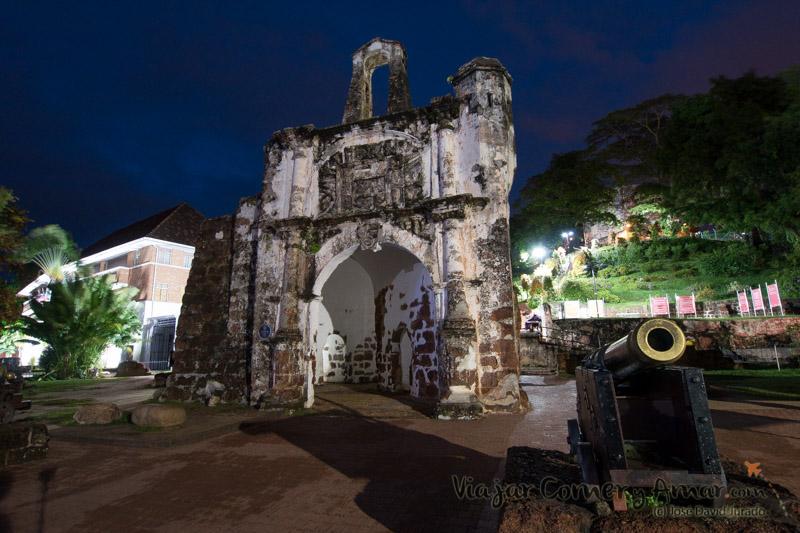 """Puerta de Santiago (""""o famosa"""" en malayo). El único resto en pie de la antigua fortificación de la ciudad."""