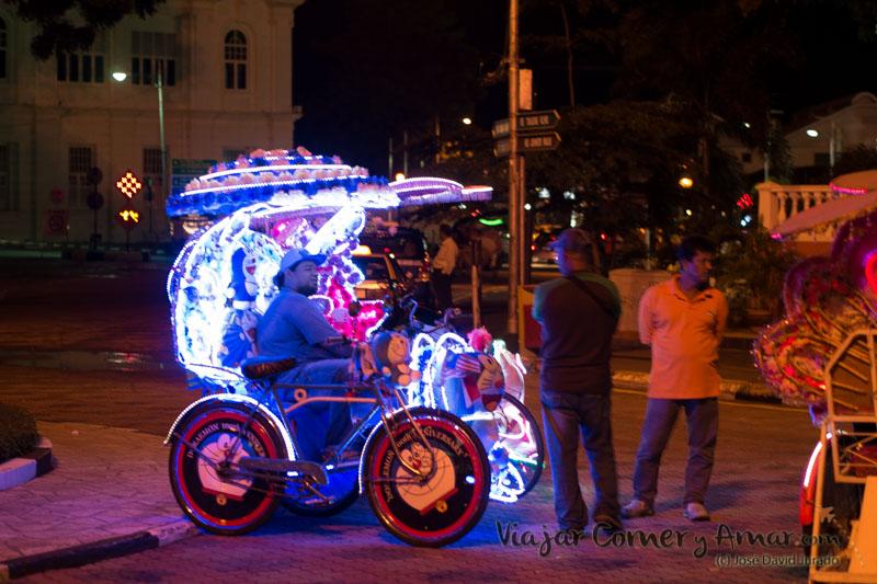 Los trickshaw recorren el centro durante todo el día. Por la noche, se iluminan y pasean su curiosa decoración por las calles iluminadas.