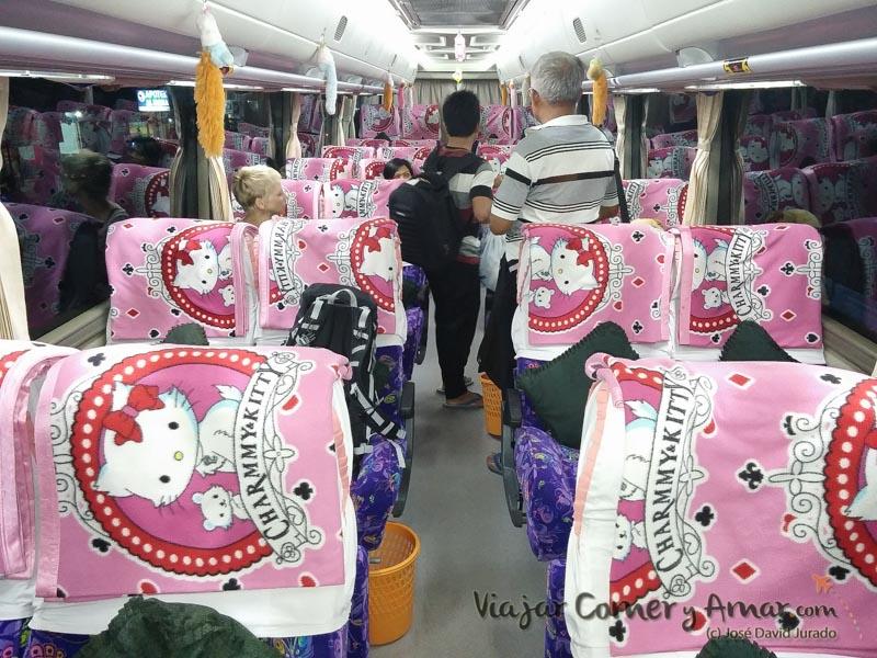 Interior del autobús entre Rantepao y Makassar. Curioso y cómodo.