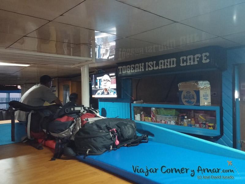 Interior de la clase ekonomi del ferry Tuna Tomini.