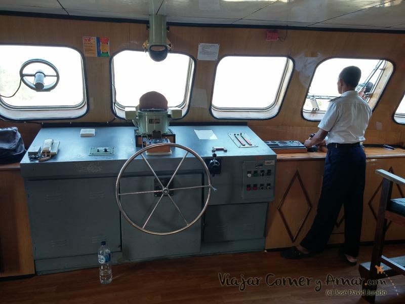 Puesto de mando del ferry que te lleva entre las islas.