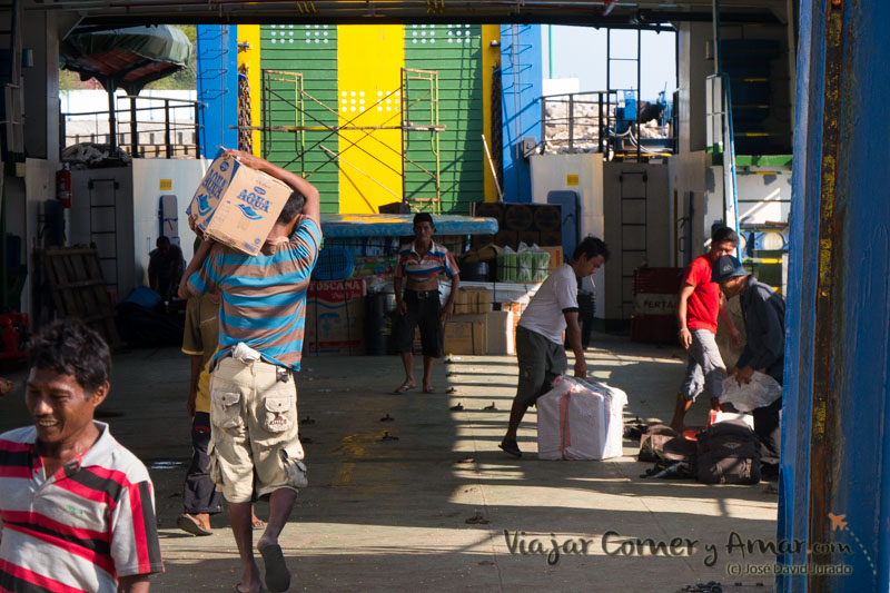 Tareas de carga del ferry.