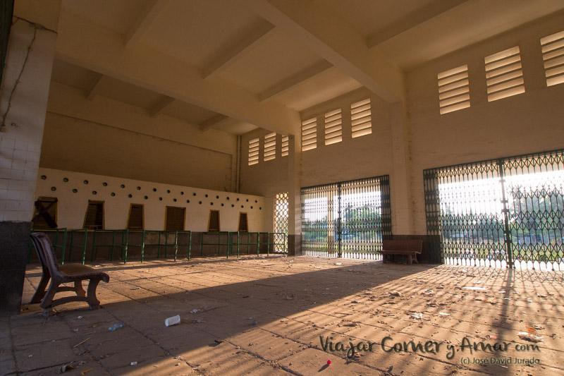 Interior de la estación de Battambang, tal y como se dejó al cerrarse.
