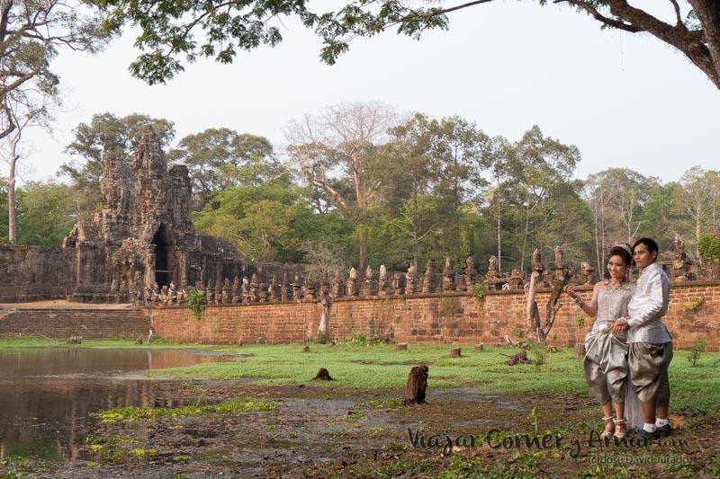 Puente Naga, una de las puertas de Angkor Thom, el recinto donde está situado el templo Bayon.
