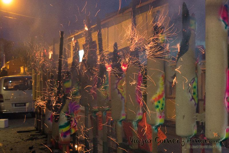 Estacas de incienso quemando frente al templo chino (Melaka, Malasia).