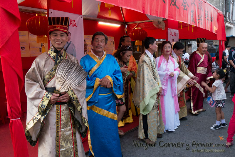 Trajes tradicionales de año nuevo en las calles de Penang (Malasia).