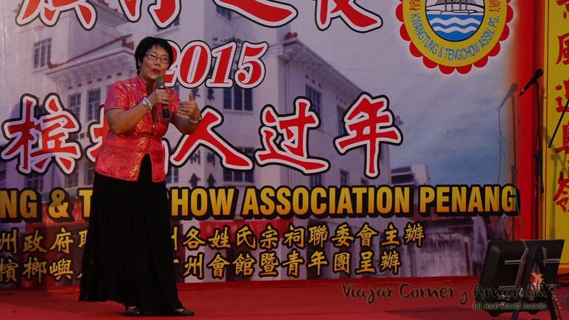 Señora torturanto al personal y maltratando la canción (Penang, Malasia).