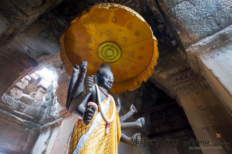 Las estatuas de Angkor Wat desaparecieron durante la guerra. Las que quedaron están en el Museo Nacional de Angkor. Las actuales son de origen moderno.
