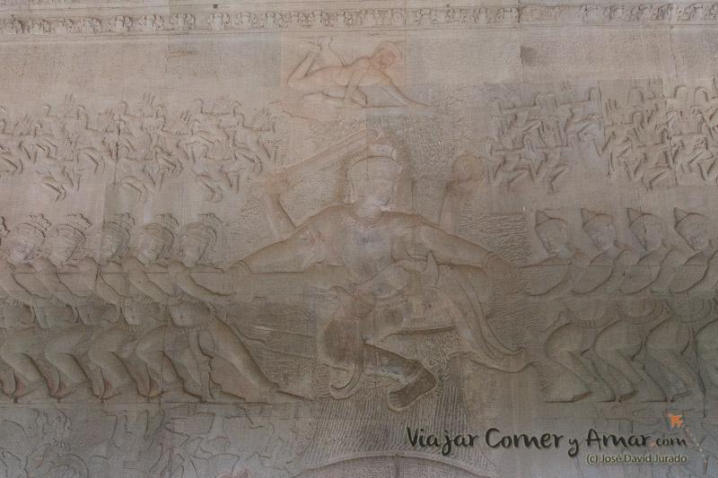 Representación del mito del batido del océano de leche para encontrar el elixir de la vida eterna. Un mito constante en las iconografía de muchos templos de Angkor.