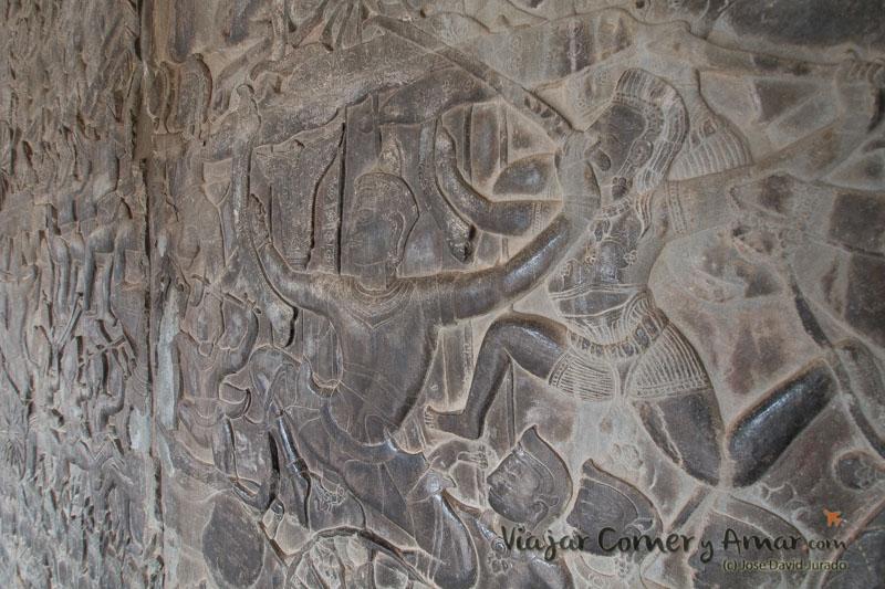 Bajo relieve representando una de las muchas batallas entre dioses, hombres y demonios.