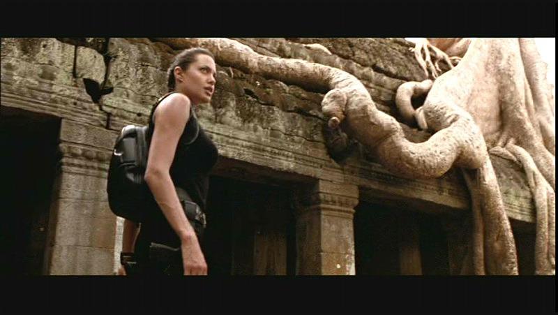 Un fotograma de la película, con Angelina Jolie entrando en el templo Ta Prohm (c) Simon West.