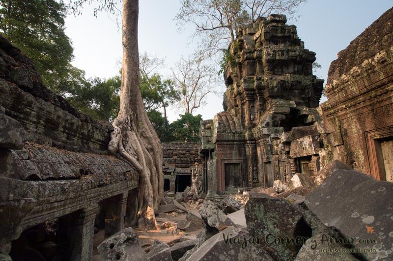 Patio interior cerrado al público. Pasa desapercibido para la mayoría de turistas. Hay que ensuciarse un poco y mirar por un agujero entre las piedras.