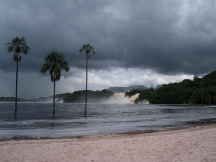 Laguna de Canaima, crecida por ser la época de lluvias.