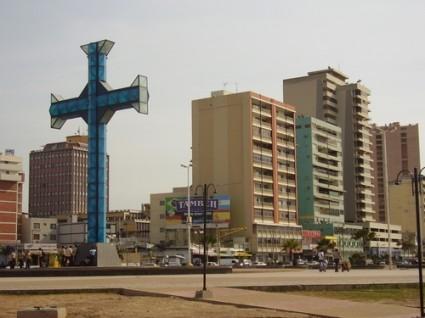 Cruz en el paseo marítimo que le da nombre a la ciudad.