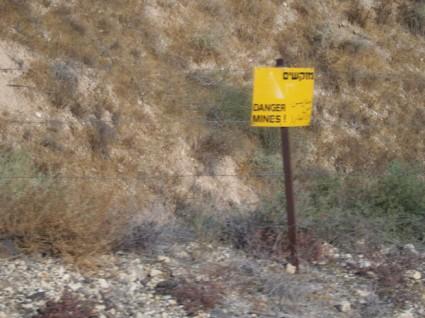 Los caminos están señalizados con carteles de advertencia para avisar de los campos de minas.