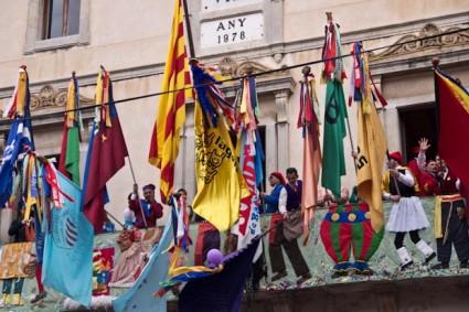 Después de cada guerra las banderas suben al balcón del Ayuntamiento.
